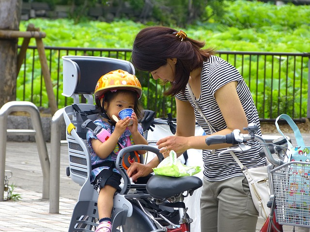 dívka v cyklosedačce