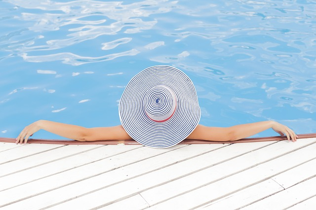 žena s kloboukem ve vodě.jpg