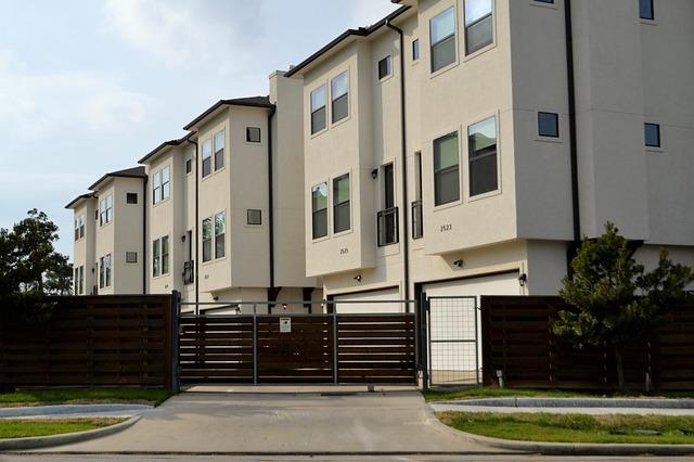 příjezdová cesta k bytovce