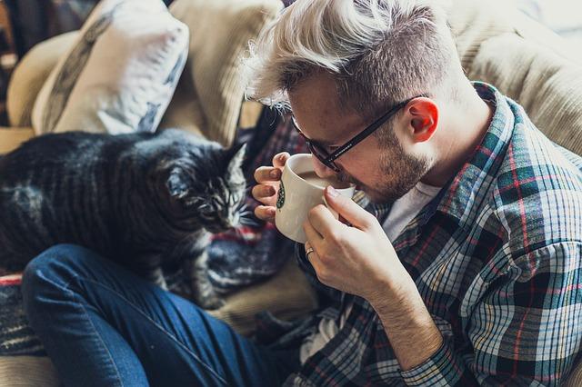 mladík s číčou na gauči