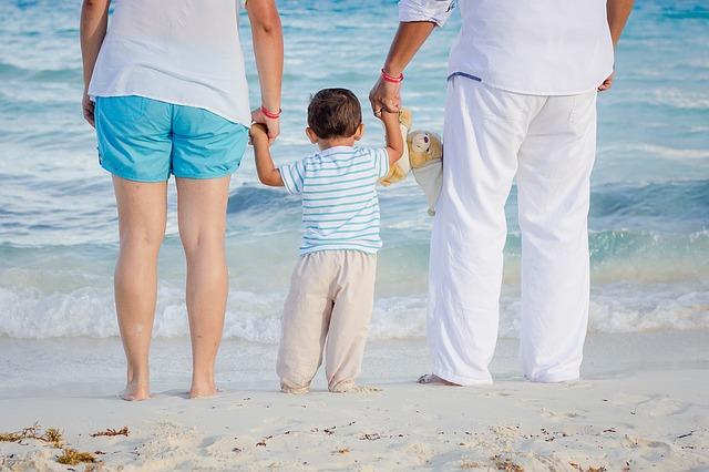 rodiče s chlapečkem u moře