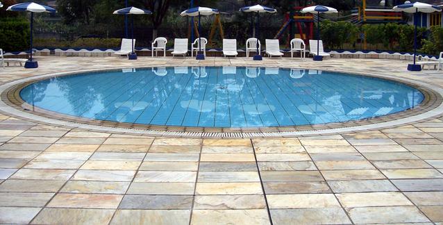 zapuštěný kulatý venkovní bazén.jpg
